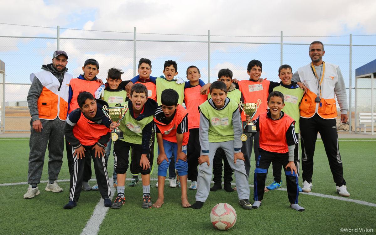 아즈락 난민캠프 리그 우승팀, 월드비전 로열 FC. 월드비전은 난민캠프 운동공간(Play Space)을 만들어 축구, 농구, 육상 등 아이들의 체육 활동을 지원하고 아이들의 몸과 마음을 보듬는다.