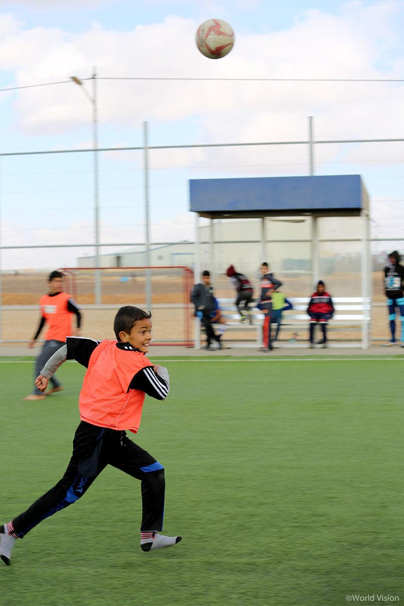 바람을 가르며 축구공을 향해 달리는 함자