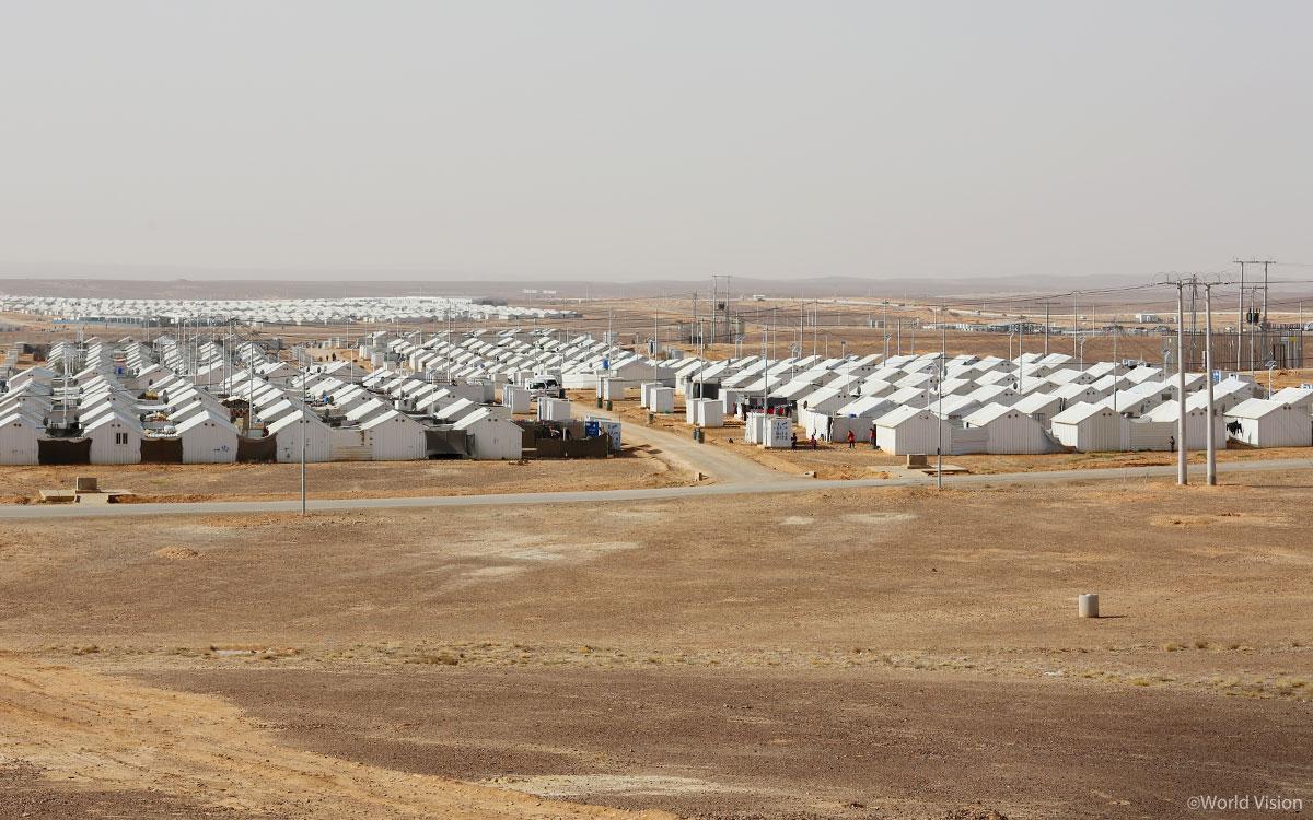 사막 한 가운데 놓인 아즈락 난민캠프 전경