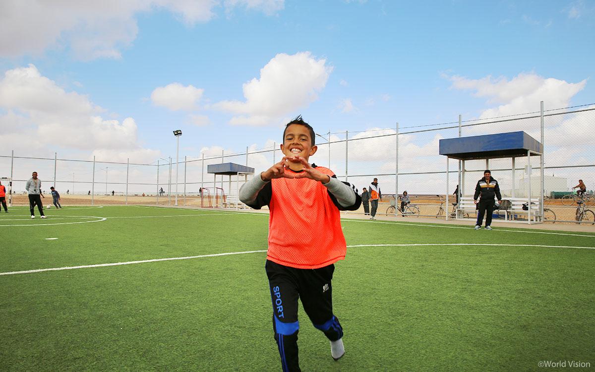 축구장에서 아이다운 웃음을 되찾아가는 아이들