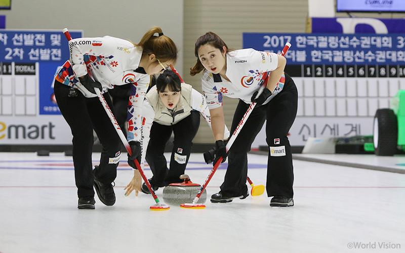 월드비전 로고가 새겨진 유니폼을 입고 경기를 펼치고 있는 경북컬링팀.