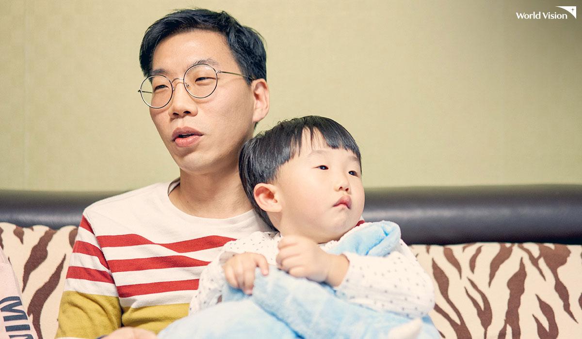 의젓하게 아빠 품에 안겨있는 이레