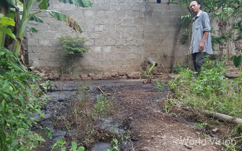 친환경 사업 전, 마을 주민 루아트 씨 뒷 마당은 악취와 오염된 토양으로 불결했던 마을 주민 루아트 씨의 뒷마당