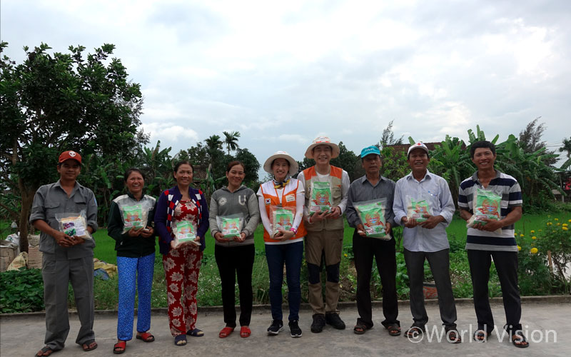 마을의 자랑! 친환경농법으로 재배한 쌀을 들고 한 컷.