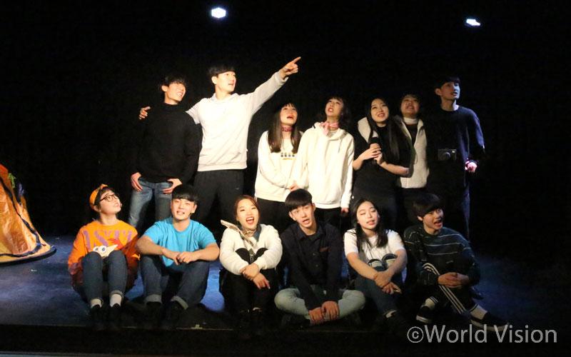 공연 하루 전날, 연습에 열중하고 있는 배우들