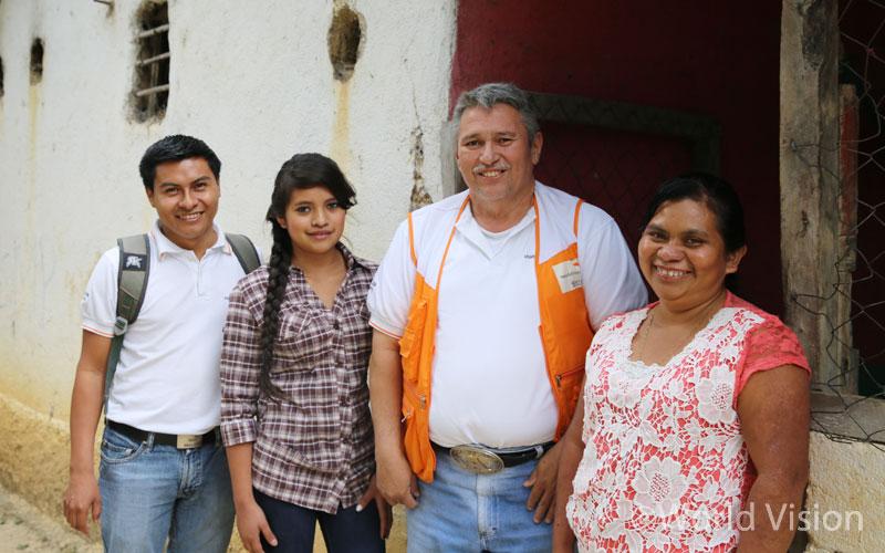 '파파' 아르만도는 마을 아동과 주민을 직접 만나 이야기하는 것이 즐겁습니다. 그래서 아동 모니터링 담당 직원의 가정 방문을 종종 동행하지요~!