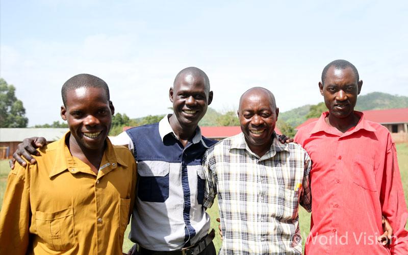 : (왼쪽부터) '히어로 아빠' 모임 멤버 알렉스, 모임 대표 폴, 멤버 비아누스, 저스티스