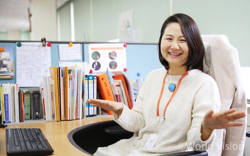 국제사업본부 지역개발팀 고영 前 팀장 (사진 컨셉: 국제사업에 어울리는 국제적인 줴스쳐)