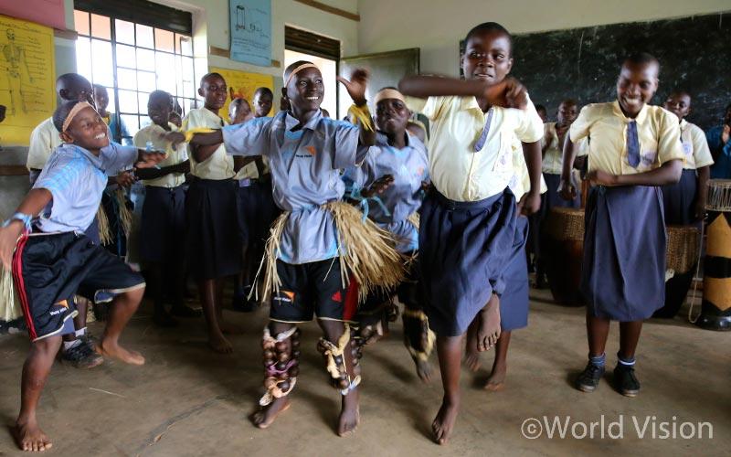 르완다의 바키가족, 우간다의 바뇨로족 아이들이 댄스 배틀을 벌이고 있다.