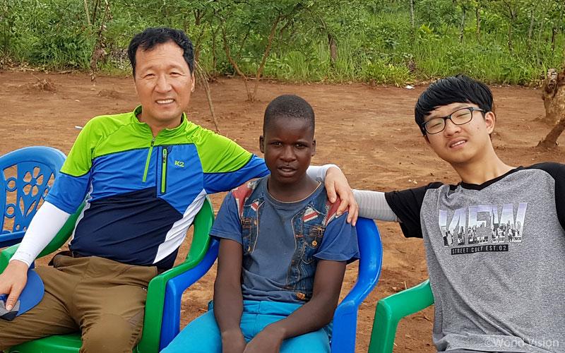 마을 어린이와 주민들은 먼 나라에서 온 우리를 반갑게 맞이해주었습니다.