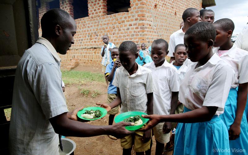 나마굼바 초등학교 학교운영위원회 학부모들이 주체가 되어 학교에 지은 급식소. 덕분에 결석률이 낮아졌다.