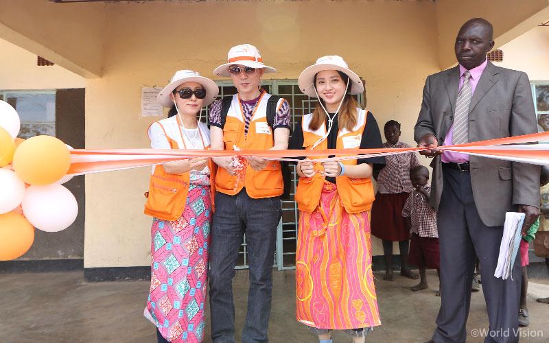 카니코치 학교 완공식에 참여한 김동식, 신현란 후원자 가족