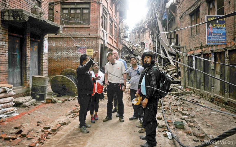 2015년 네팔 지진 피해 발생 당시, 현장을 조사 중인 월드비전