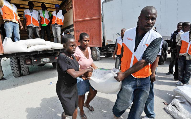 2010년 아이티 대지진 발생 당시, 피해주민들에게 긴급 식량을 배포하고 있는 월드비전 직원들