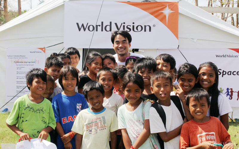 2013년, 필리핀 태풍 피해아동들을 위해 설치된 아동심리보호센터(CFS: Child Friendly Space)에서 한국 월드비전 김성태 본부장과 아이들의 모습