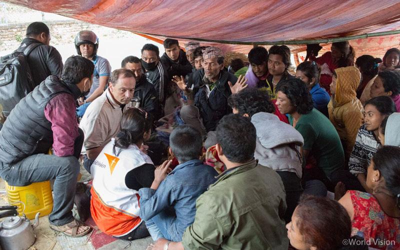 네팔지진 피해 주민들을 만나 상황을 파악 중인 월드비전