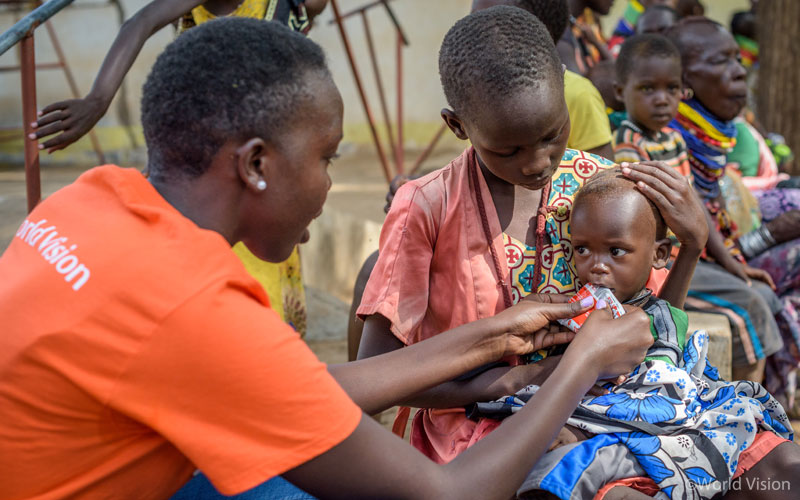 가뭄과 기근 피해가 심각한 케냐 트루카나 지역. 아동에게 긴급영양치료식(RUFT: Ready to Use Therapeutic Food)을 먹이고 있는, 케냐 월드비전의 체루틱(Cherutich)