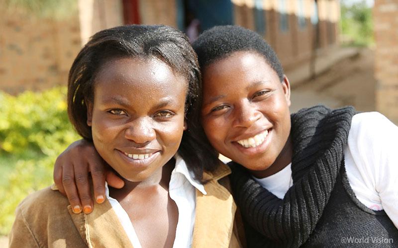 후원아동성장소식지 작성하기 활동을 통해 아이들이 더 행복해진다고 확신하는 르완다의 자원봉사자 로잘리에와 레지네 씨.