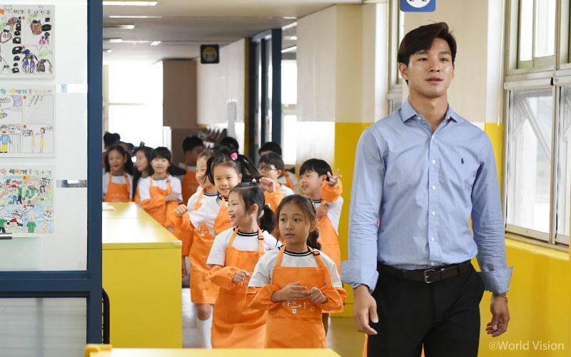 김명진 선생님과 2학년 3반 아이들
