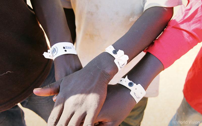 보호자 없는 난민아동을 보호하기 위한 하얀팔찌.