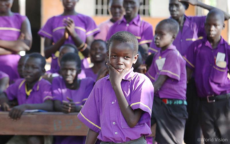 평화클럽에서 평화에 대한 시를 발표하는 아이들 .