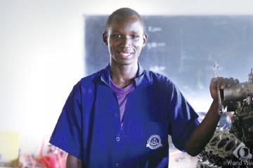 월드비전 소년병 재활센터에서 심리치료와 직업훈련을 받고 '자립'을 시작한 사이먼.