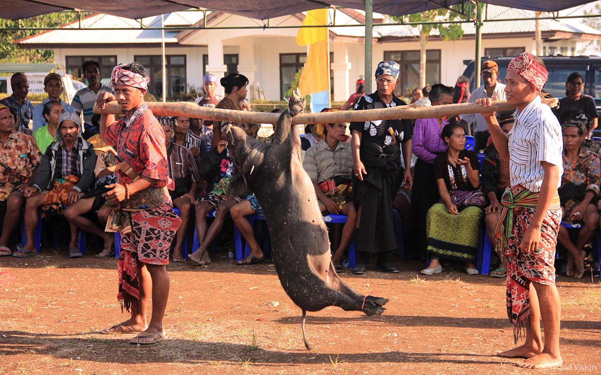 전통에 따른 장례식에는 손님들을 대접하기 위해 아주 많은 가축이 필요합니다
