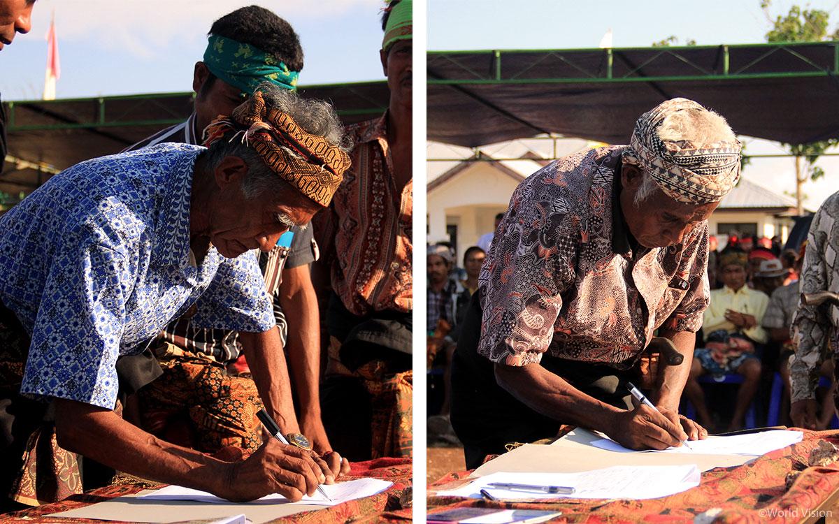 장례문화간소화 서약서에 서명하는 마을의 원로들