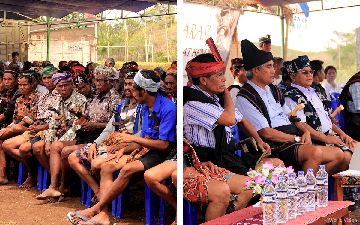 선언식에 참석한 마을 주민들과 지역정부 관계자들