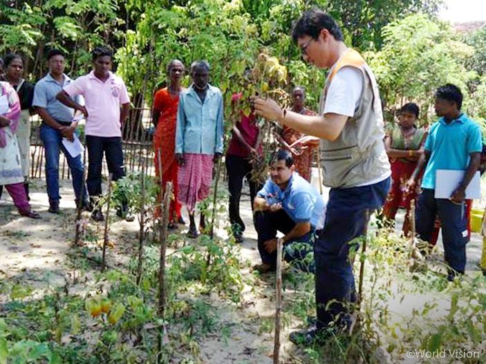 주민들에게 친환경농법 전하는 한국월드비전 이창표 담당자