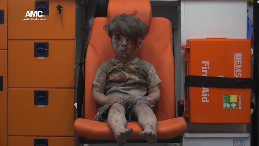 [출처 : CNN] 지난해 8월, 시리아 알레포의 무너진 집 잔해에 깔렸다 구조된 오므란. 전 세계인에 시리아 내전의 참상을 알리며, 어른들의 마음을 아프게 했다.