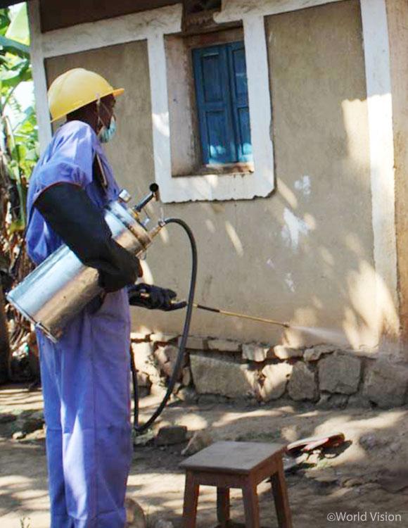 교육을 받은 자원봉사자들은 말라리아를 옮기는 모기를 없애기 위해 집집마다 실내 방역을 실시했어요. 사용한 살충제는 안전하게 폐기했습니다.