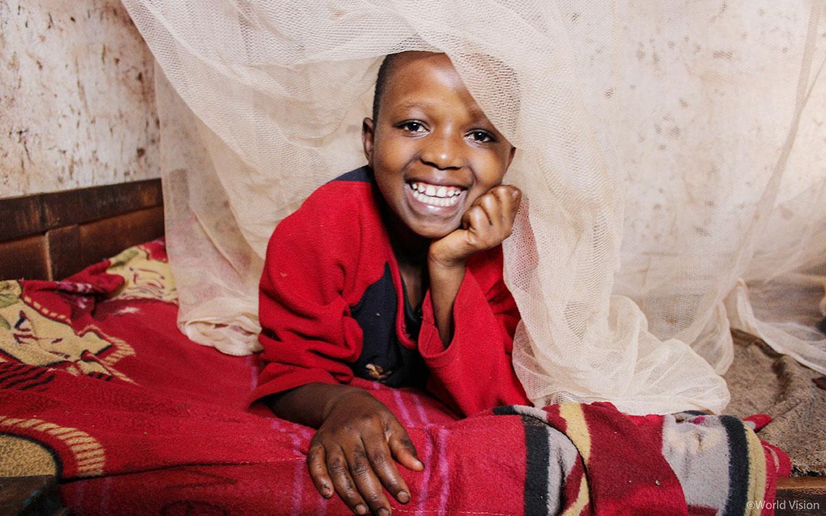 마을에서 가장 취약한 아동과 산모에게 먼저 모기장을 지원하고 , 모기장 사용과 말라리아 예방 교육을 진행했어요 .