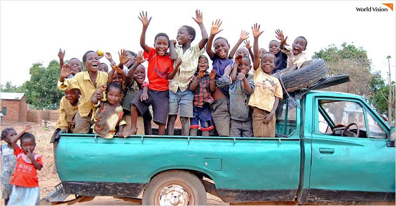 차 위에서 인사하는 아동들