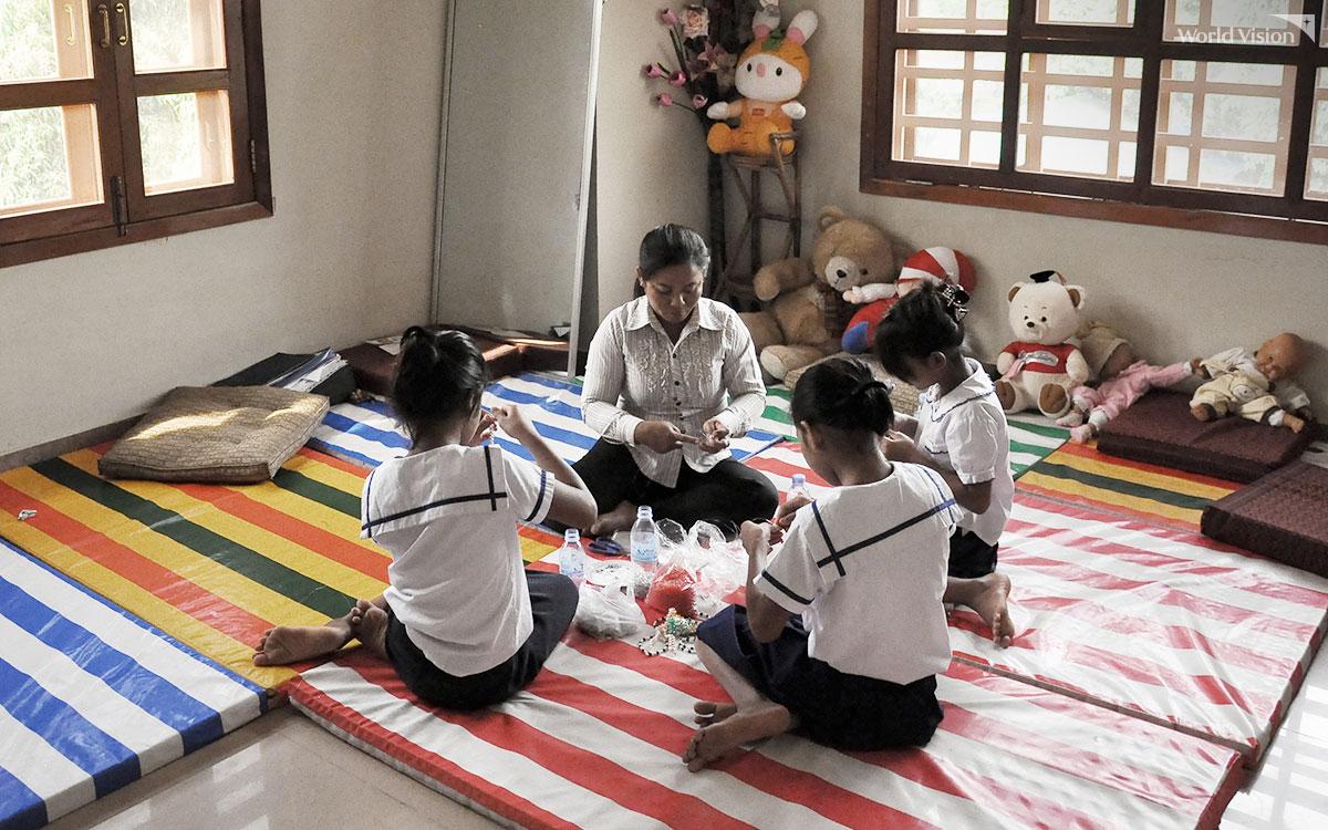 외상회복센터에서 자활치료의 일환인 구슬꿰기를 하고 있는 여학생들
