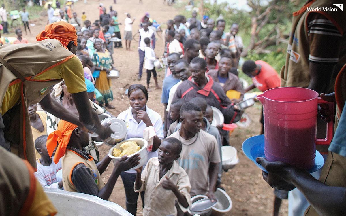 식량배급을 받는 우간다 임베피 난민촌 난민들의 모습