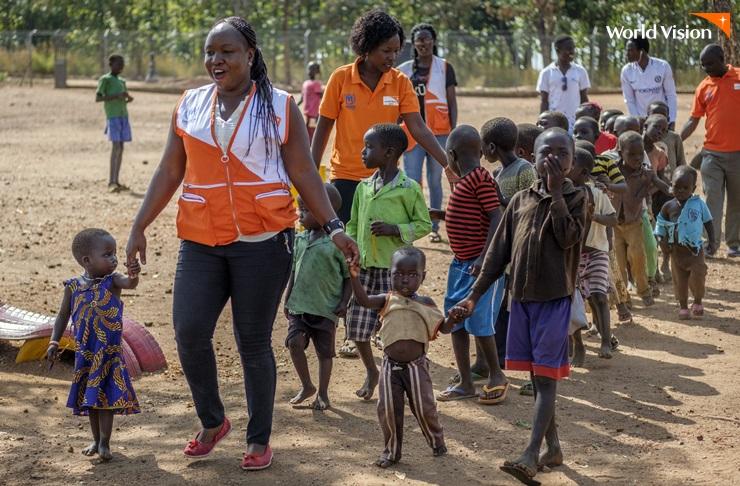 월드비전 직원과 임베피 난민촌 아이들의 모습