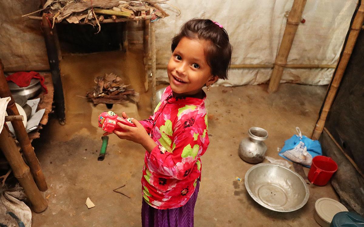 난민 텐트 안에서 환히 웃는 모모 (사진 한겨레 백소아 기자)