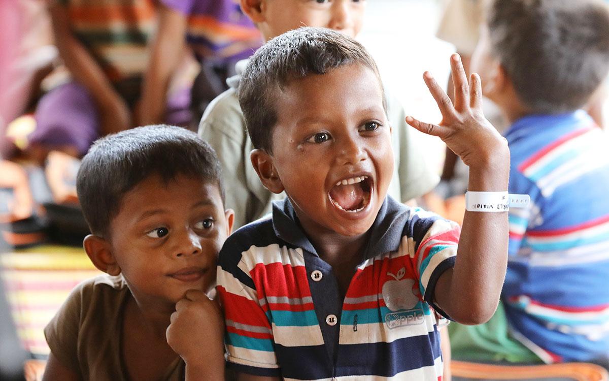 아동식별팔찌를 차고 웃는 아이들 (사진 한겨레 백소아 기자)