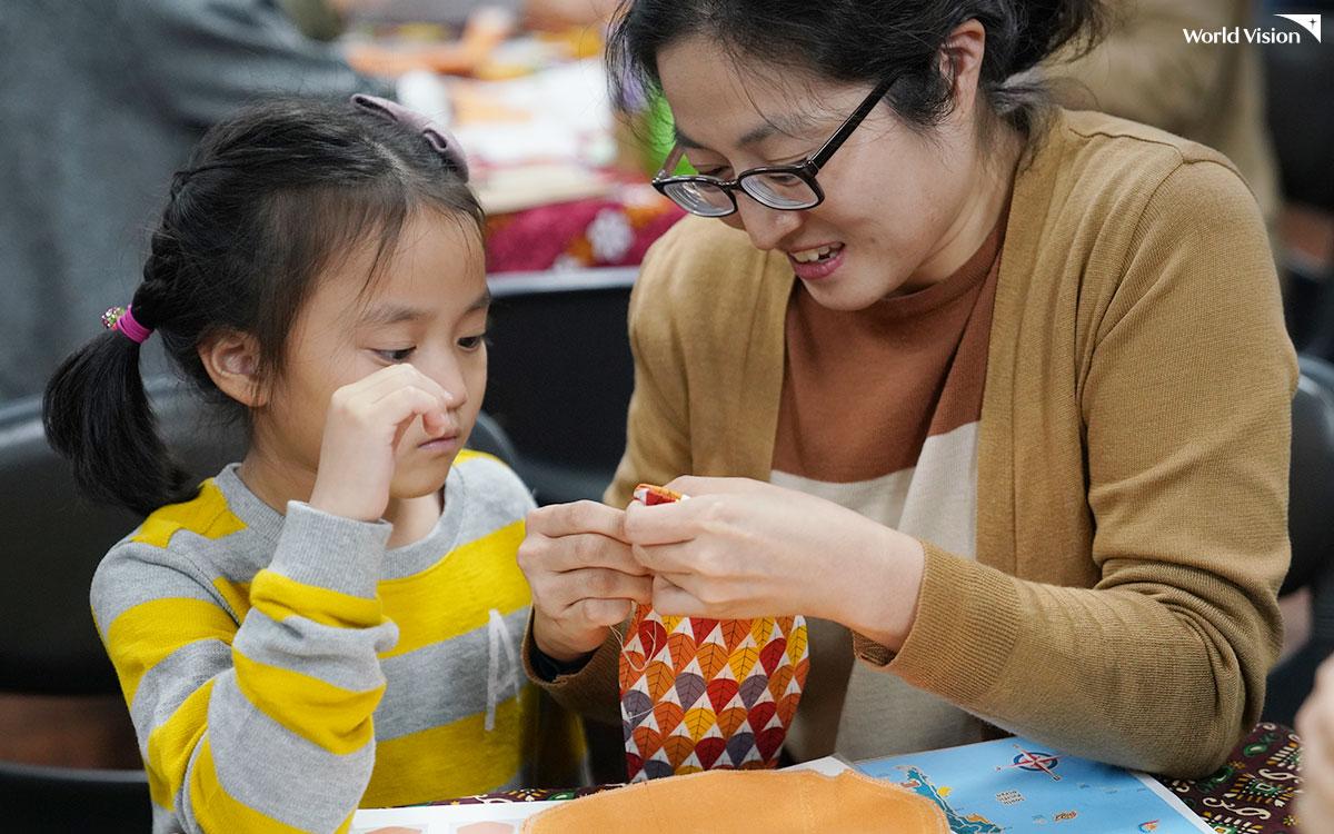 생각보다 쉽지 않은 생리대 만들기, 엄마와 딸이 힘을 모았어요.