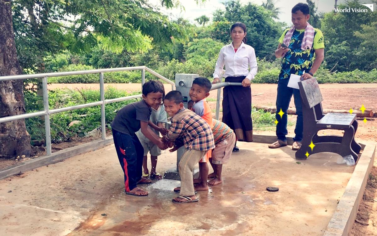 캄보디아 상큼트머이 지역에 설치된 마을 식수시설. 마을의 장애인과 노약자가 물을 긷기 편리하도록 옆에 의자를 함께 설치