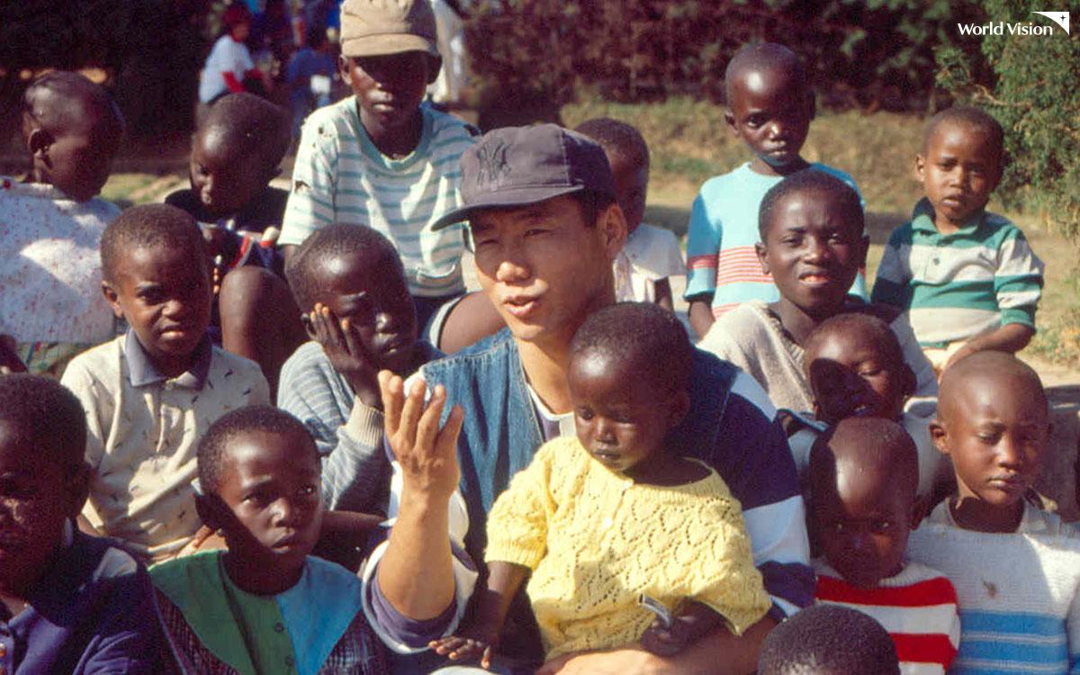 1994년, 월드비전과 르완다를 찾은 박상원 친선대사
