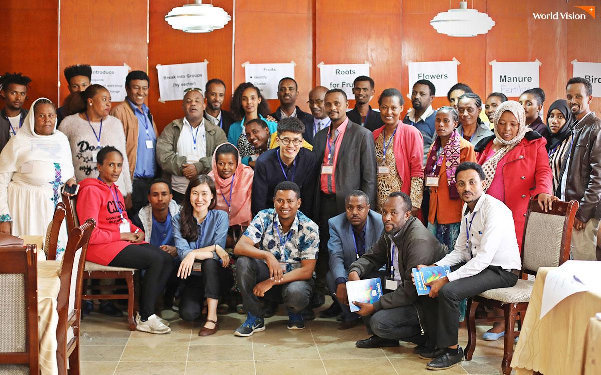 에티오피아 월드비전 굴렐레 지역개발사업장 직원들과 현지 주민 대표, 정부 관계자가 함께
