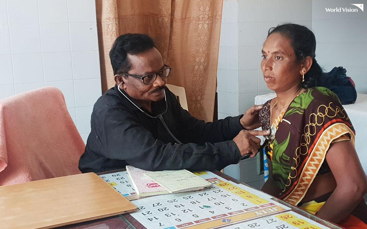 인도 넬로어 지역 에이즈 치료 센터에서 감염 의심 환자가 진료를 받고 있다.