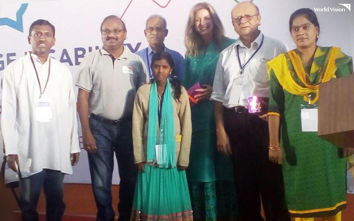 뉴델리에서 개최된 국제 컨퍼런스에 아동 대표로 참석한 피리야(가운데)
