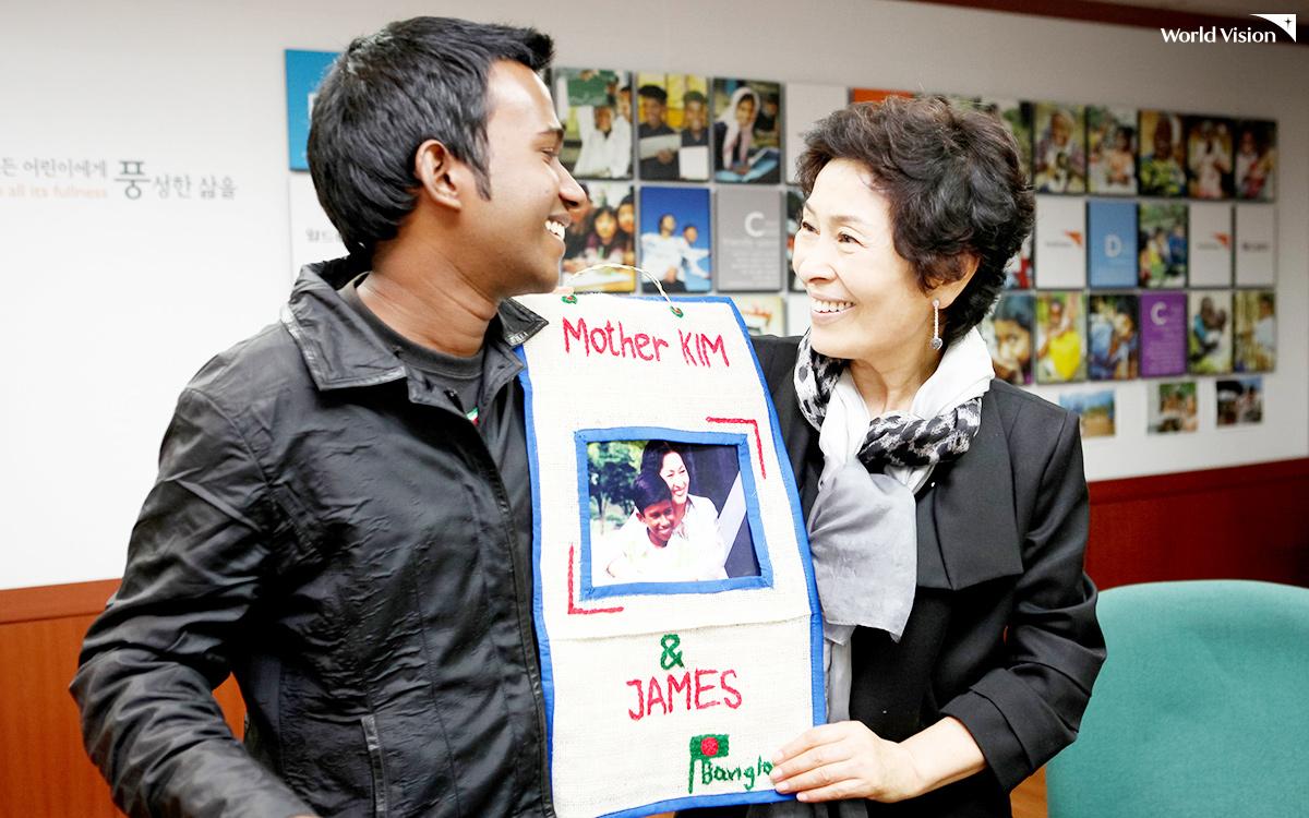 한국에서 다시 재회한 방글라데시 청년 제임스와 김혜자 선생님의 모습