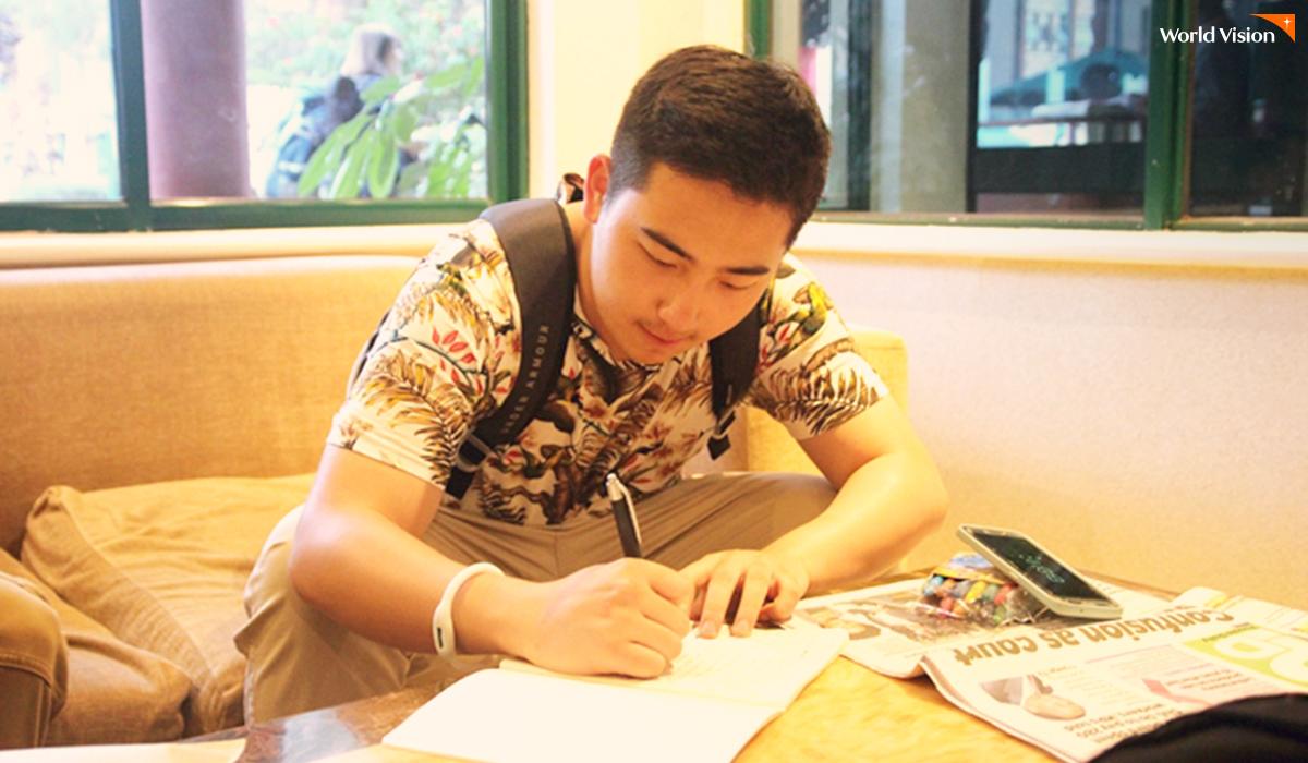비전로드 기간 동안 교환일기를 작성 중인 김성중(17) 후원자