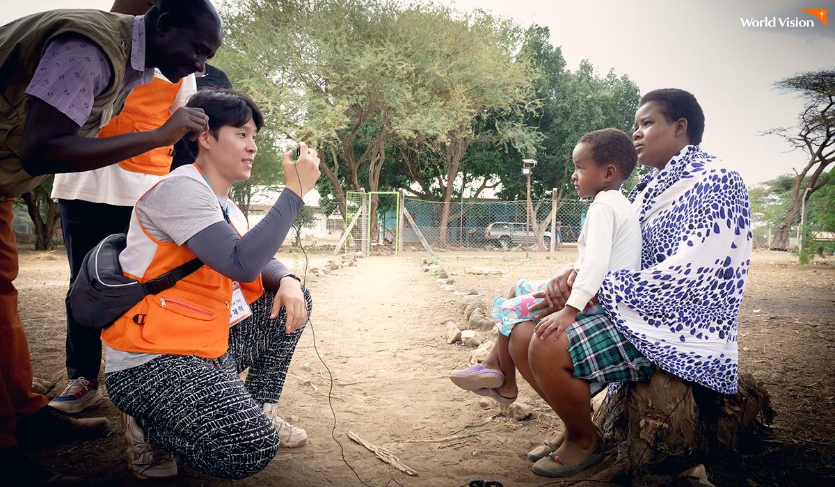 후원 아동 등록 사진을 촬영하고 있는 유재혁(31) 후원자