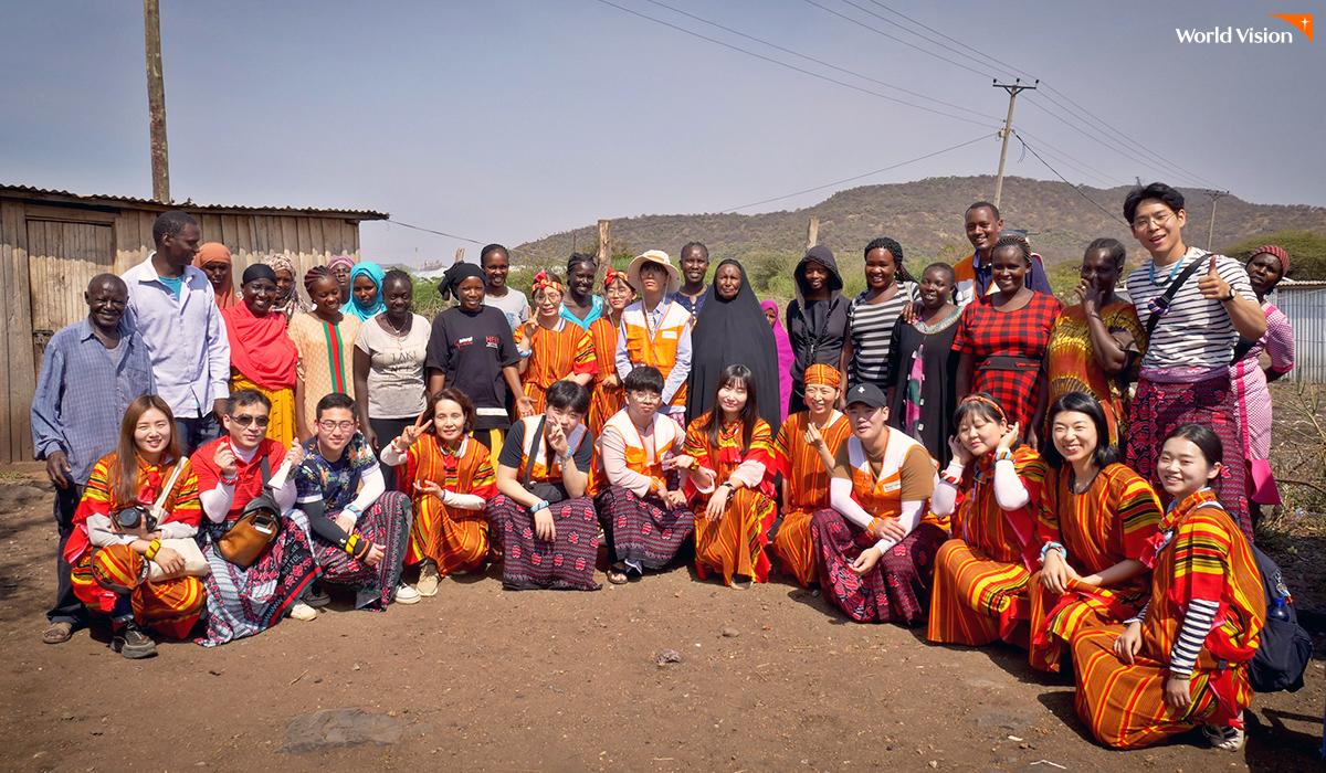 Saving Group 어머님들께 선물 받은 전통의상을 입고
