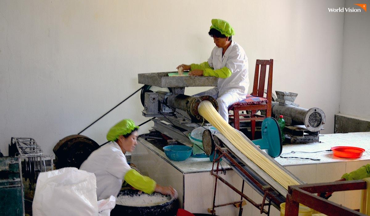 북한 아이들에게 제공 될 국수가 만들어 지고 있는 공장. 국수는 유통기한이 3일 정도 밖에 안되어서 아이들에게 빨리빨리 먹이고 있다. 즉, 다른 용도로 저장하여 사용될 수 없다는 의미이기도 하다